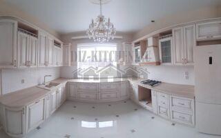 Классическая светлая П-образная кухня с окном в центре