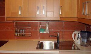 Уютная небольшая кухня с встроенной техникой