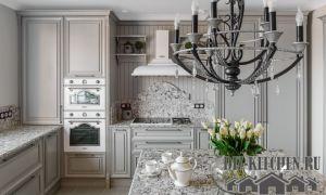 Роскошная кухня с островом в стиле неоклассика с серебристыми поверхностями