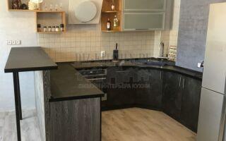 Современная кухня древесных оттенков с тумбой-барной стойкой