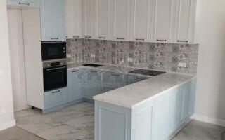 Бело-голубая кухня с серым плиточным фартуком в стиле прованс