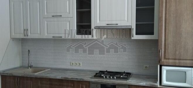 Неоклассическая кухня с белыми и деревянными фасадами