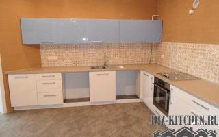 Красивая глянцевая кухня в теплых тонах с нестандартной конфигурацией