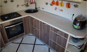Угловая кухня 7 кв.м с телевизором