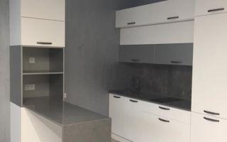 Красивая белая кухня-гостиная в стиле минимализм с барным столом и пеналом