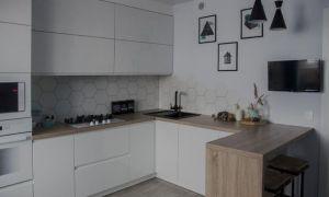Минималистичная белая кухня 12 кв. м. с барной стойкой и расписной стеной
