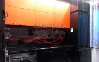 Черная глянцевая кухня с оранжевыми секциями и фотопечатью