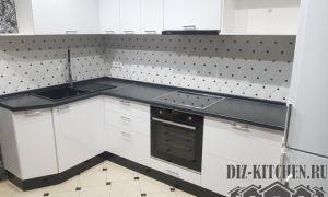 Белая кухня с эффектом трехмерного пространства в малогабаритной квартире