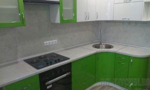 Современная зеленая кухня 8 кв. м с радиусными фасадами