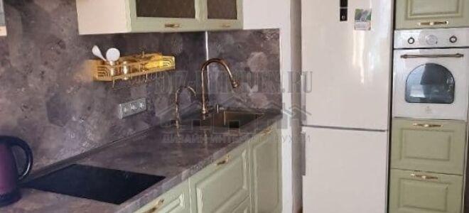 Современная оливковая кухня с каменным фартуком