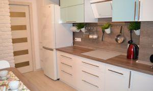 Дизайн 9 кв.м кухни с бетонной шахтой и балконной дверью