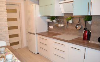 Дизайн 9 м<sup>2</sup> кухни с бетонной шахтой и балконной дверью