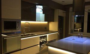 Стильная подсветка на кухне с островом площадью 18 кв.м