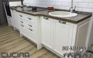 Белая прямая кухня в стиле современной классики со шкафами до потолка
