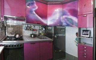 Глянцевая розовая кухня площадью 5 кв.м