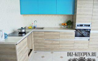 Кухня-студия из светлого дерева с бирюзовыми секциями и высоким пеналом