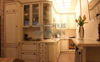 Белая классическая кухня нестандартной планировки 7 кв. м