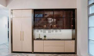Пастельная кухня в стиле арт-деко, с фасадами из экзотической породы дерева