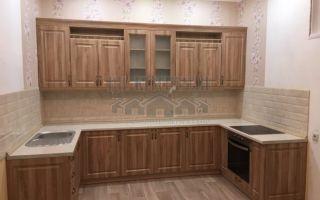 Неоклассическая П-образная кухня с деревянными фасадами