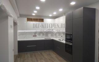 Современная бело-серая угловая кухня 20  м<sup>2</sup> в стиле модерн