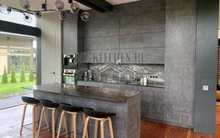 Кухня, совмещенная с гостиной, в стиле лофт с мраморным фартуком