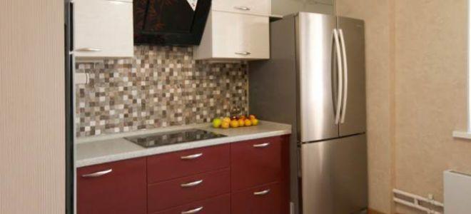 Красно-белая кухня с большим холодильником с французской дверью