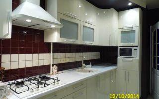 Бежевая Г-образная кухня площадью 11,8 кв.м. с темным фартуком