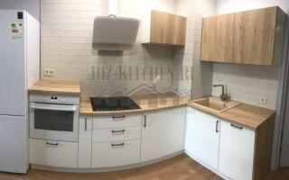 Кухня c бело-деревянными фасадами, совмещенная с гостиной 14 м<sup>2</sup>
