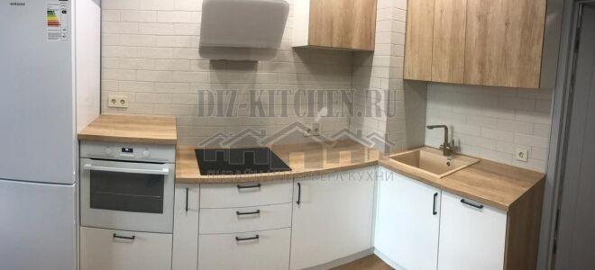 Кухня c бело-деревянными фасадами, совмещенная с гостиной 14 м <sup>2</sup>