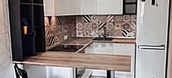 Компактная светлая кухня с ярким керамическим фартуком