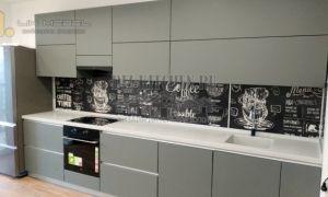 Большая современная кухня на 24 кв. м с грифельным фартуком