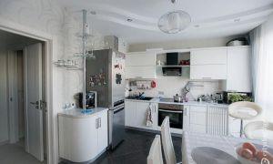 Белая Г-образная кухня с барной стойкой площадью 12 кв.м