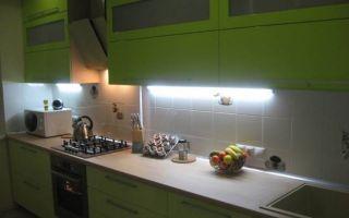 Линейная кухня зеленого цвета на площади 11 кв.м