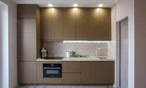 Просторный интерьер кухни в оттенках хаки с коричневой патиной