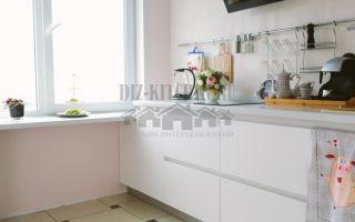 Современная кухня без верхних фасадов площадью 7.5 кв. м
