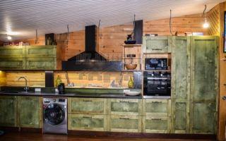Зеленая кухня с березовыми фасадами в помещении 88 кв. м