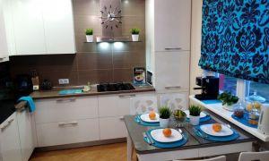 Интерьер белой кухни в 10 кв.м. с голубыми римскими шторами