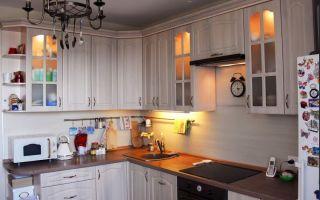 Уютная кухня в средиземноморском стиле с обеденной зоной и красивой подсветкой