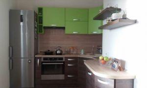 Угловая шоколадно-зеленая кухня 10 кв.м с раскладным диванчиком