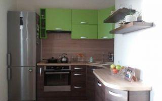 Угловая шоколадно-зеленая кухня 10 м<sup>2</sup> с раскладным диванчиком