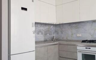 Бело-серая современная кухня 15 м <sup>2</sup> с пластиковыми фасадами