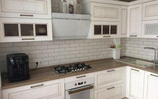 Стильная белая кухня в новостройке со шкафом карго