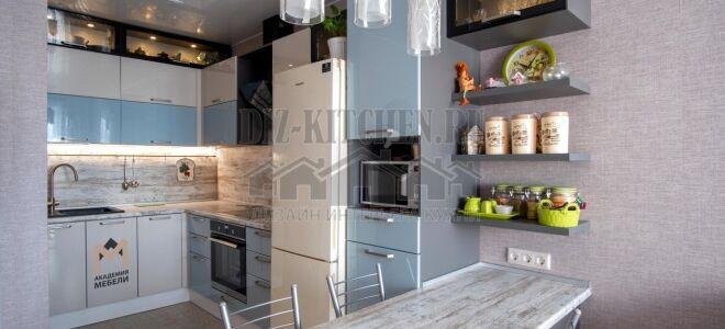 Серо-голубая кухня в стиле модерн с черными витринами