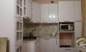 Белая угловая кухня из МДФ в малометражной квартире