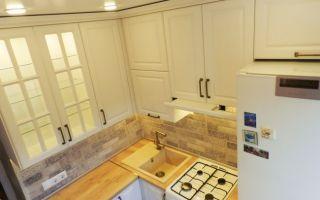 Дизайн белой кухни 6 кв м с холодильником, посудомойкой и шкафами до потолка