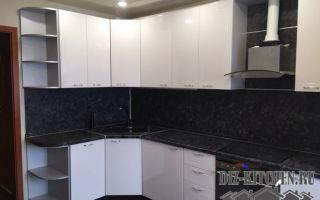 Угловая черно-белая глянцевая кухня из МДФ с обеденной зоной