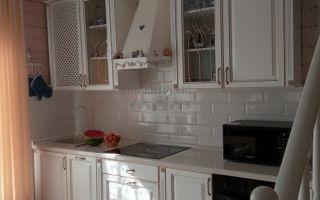 Классическая светлая кухня из массива дуба в гостиной