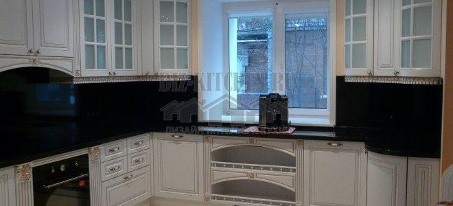 Классическая белая кухня с золотым декором и черной столешницей