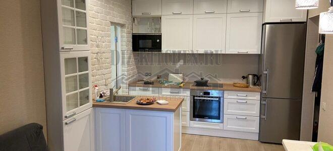 Светлая кухня в скандинавском стиле с небольшим буфетом