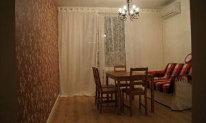 Дизайн белой прямой кухни-столовой 17 кв.м